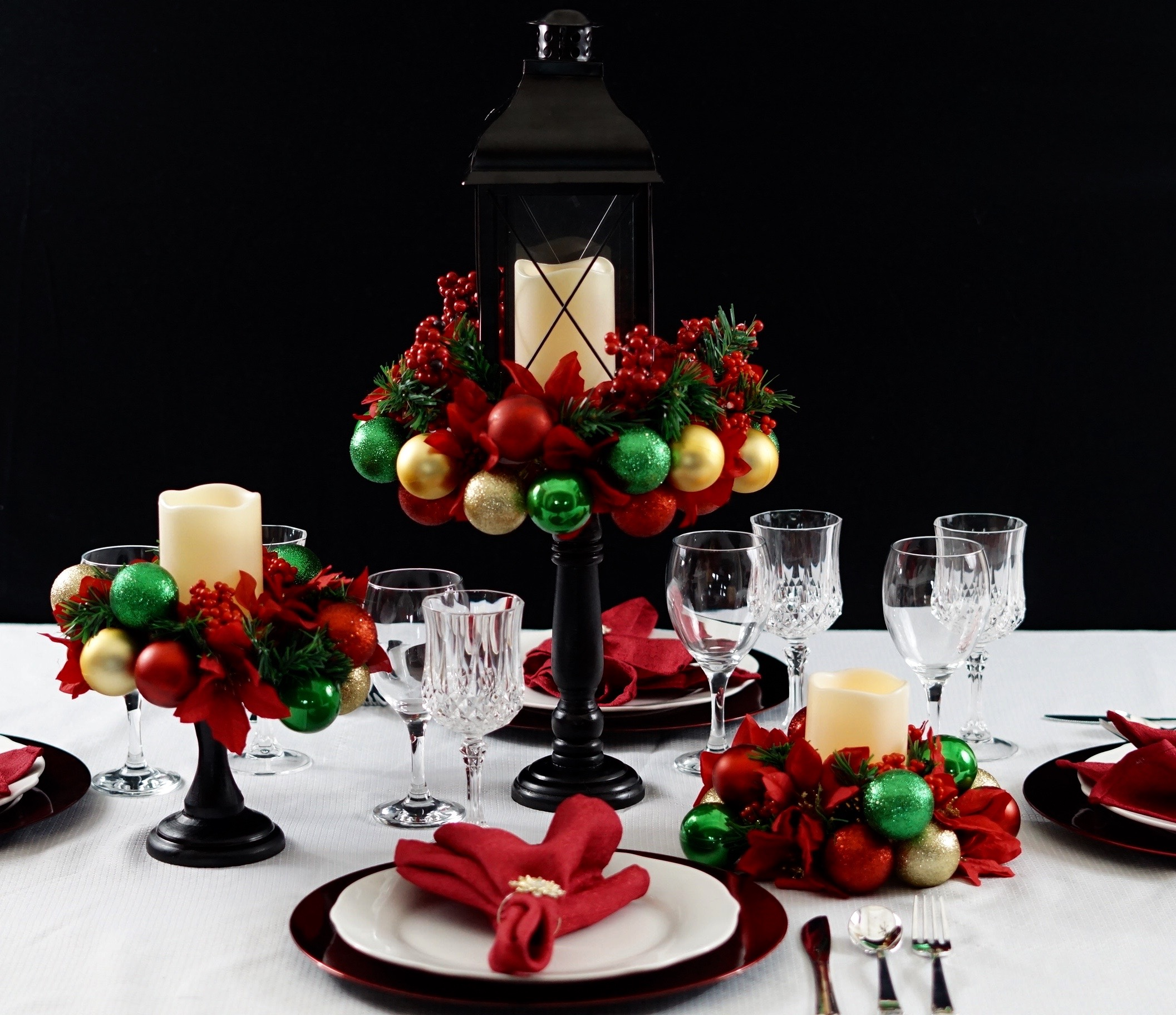 How To Perfect Your Christmas Table Decorations  CnNzLTAtNUIyZmRh: Easy DIY Christmas Ornament Centerpiece For The Perfect