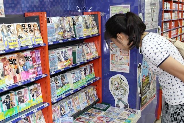 Doujinshis a la venta en tienda japonesa