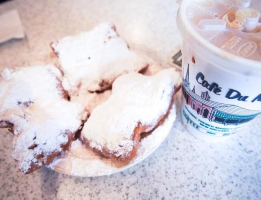 Beignets v Café du Monde, New Orleans