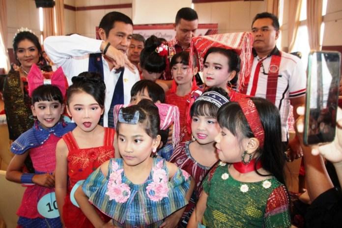 Anak-anak peserta fasion show dalam rangka memeringati Hari Ulos di Kota Pematangsiantar.(f:mistar/ferry)