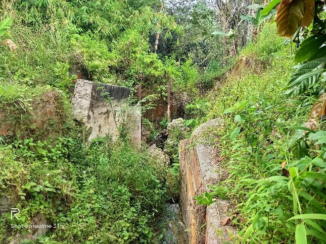 Saluran irigasi pertanian yang ambruk.(f:mistar/roland saragih)