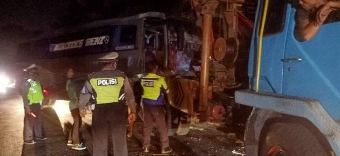 Medan, MISTAR.ID Kecelakaan maut Bus Intra kontra mobil Avanza terjadi di jalan umum di Kota Tebing Tinggi - Pematang Siantar Km 89-90, Minggu (21/2/2021) malam. Dalam peristiwa itu, 9 orang meninggal dunia di lokasi kejadian. Berdasarkan data yang diperoleh, sembilan korban jiwa antara lain Fahrul Hanafi (22), Nur Anissa (22), Isma Al Jannah (22), Nadila Anggreyani Nasution (17), Arzita (19), Fiqih Anugrah (18), Rafika Anggreyani (17), Ahmad Ridho Zaki (16), Juwita Asri Sormin (19). Seluruh korban merupakan warga Dusun IX Kenangan Desa Laut Dendang Kec Percut Sei Tuan.