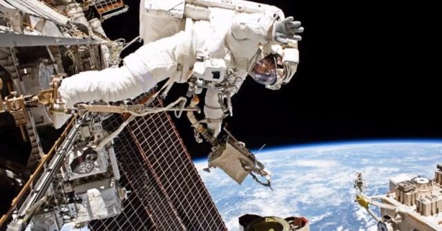 Astronauta durante um passeio espacial.