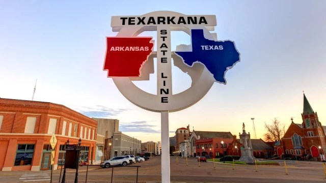 Cheapest places to live- Texarkana state line sign