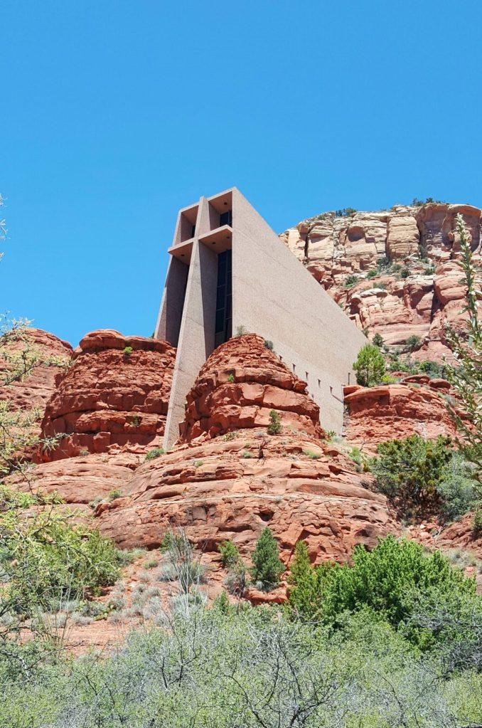 """Die """"Chapel of the Holy Cross"""" ist eine einzigartige und beeindruckende Kirche. Cooles Design und direkt in der Nähe von Sedona. Von dort oben hat man einen einzigartigen Ausblick auf die Red Rocks.  Der Ausblick von dort oben ist auf dem nächsten Bild zu bewundern."""