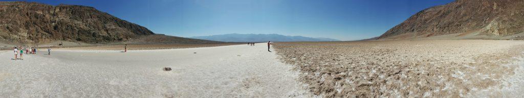 Dieses Panoramabild zeigt deutlich die Salzkruste, die sich hier befindet. Das Becken ist zurzeit nicht der tiefste Punkt der Senke: Er liegt mehrere Kilometer westlich und verändert seine Position. Die Salztonebenen zu durchqueren ist gefährlich, oft ist die Salzkruste über dem Schlamm nur dünn und nicht tragfähig.