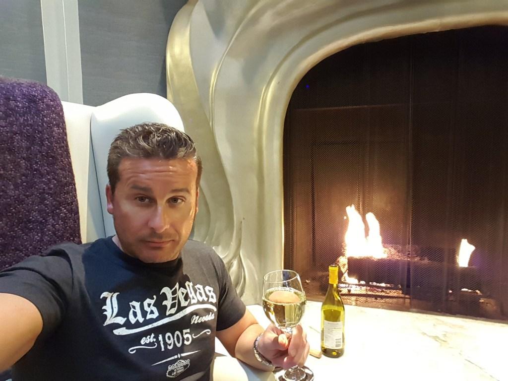 In San Francisco hatten wir im Hotel Pech mit dem WLAN Empfang, so dass ich ein paar Mal in die Lobby musste, um auf das WLAN des hauseigenen Restaurants zuzugreifen. Als kleine Wiedergutmachung gaben sie mir Alkohol. :) Aber nett war der Eingangsbereich schon… Jetzt fehlt nur noch ein Märchenbuch und ich könnte glatt als der nette Onkel von Nebenan durchgehen. *hahahaha