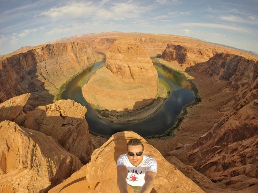 """Der Horseshoe Bend war ein Naturerlebnis, was mich so nachhaltig beeindruckt hat, dass mich der Anblick des Bildes allein sofort das Gefühl der Höhe spüren lässt. Der Horseshoe Bend ist ein hufeisenförmiger Mäander des Colorado River in der Nähe der Stadt Page (Arizona) im US-Bundesstaat Arizona. Die Schleife ist im lokalen Sprachgebrauch als """"King Bend"""" bekannt und liegt etwa 10 km stromabwärts vom Glen Canyon Dam und dem Lake Powell in der Glen Canyon National Recreation Area. Das Aussichtsplateau ist über einen Fußweg von ca. 1 Kilometer erreichbar, ausgehend von einem Parkplatz am U.S. Highway 89. Der Zutritt ist kostenlos (Stand April 2015). Jedoch ist Vorsicht geboten, da der Zugang zum Aussichtspunkt über keine Absperrung verfügt und die Felswände steil abfallend sind."""