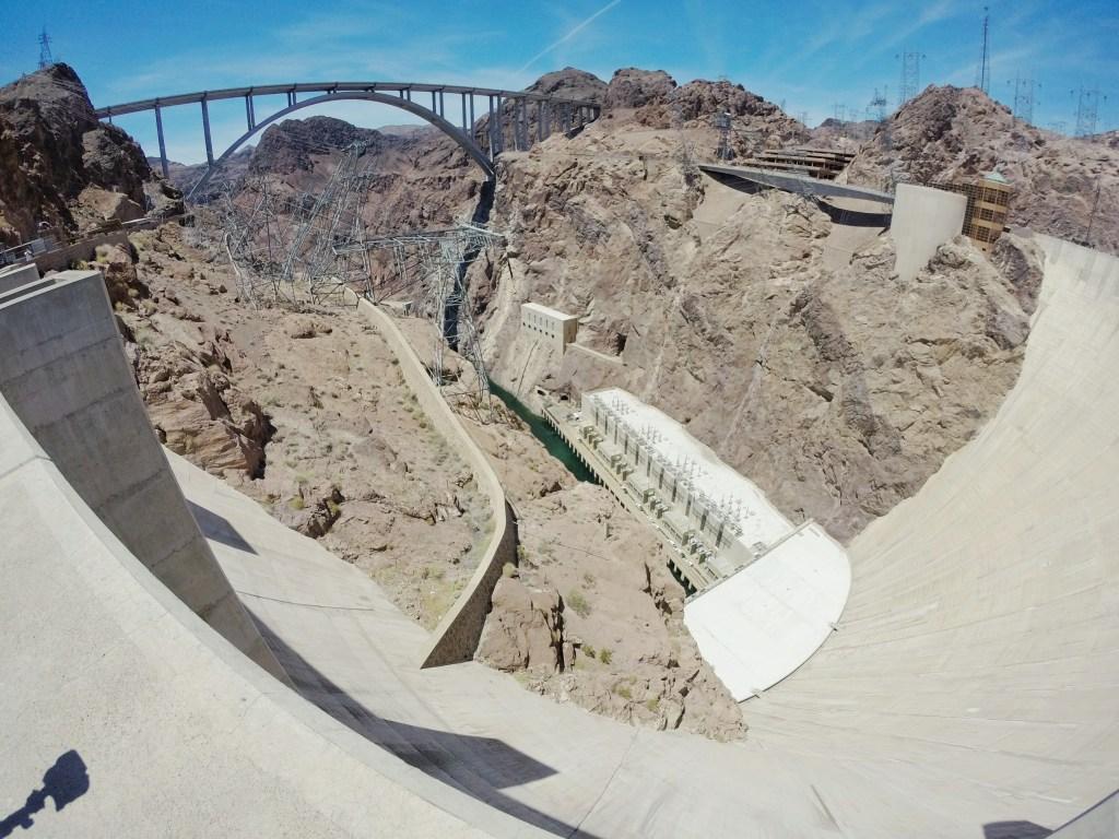 Im Vergleich zum Glen Canyon Staudamm war der Hoover Damm voll und ganz überlaufen von Touristen. Die Nähe zu Las Vegas machte hier halt den Unterschied. Aber nichts desto trotz ein bautechnisches Wunderwerk.