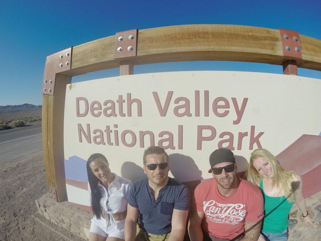 Das Death Valley….. da sitzen wir nun…. Die 4 von der Tankstelle… :) Chronologisch muss ich gestehen, ist dieses Foto beim Verlassen des Tal des Todes gemacht worden…also gegen späten Nachmittag. Die ganze Zeit 44 Grad haben Spuren hinterlassen….wir sind platt. Hoffentlich wird es bald endlich kühler.