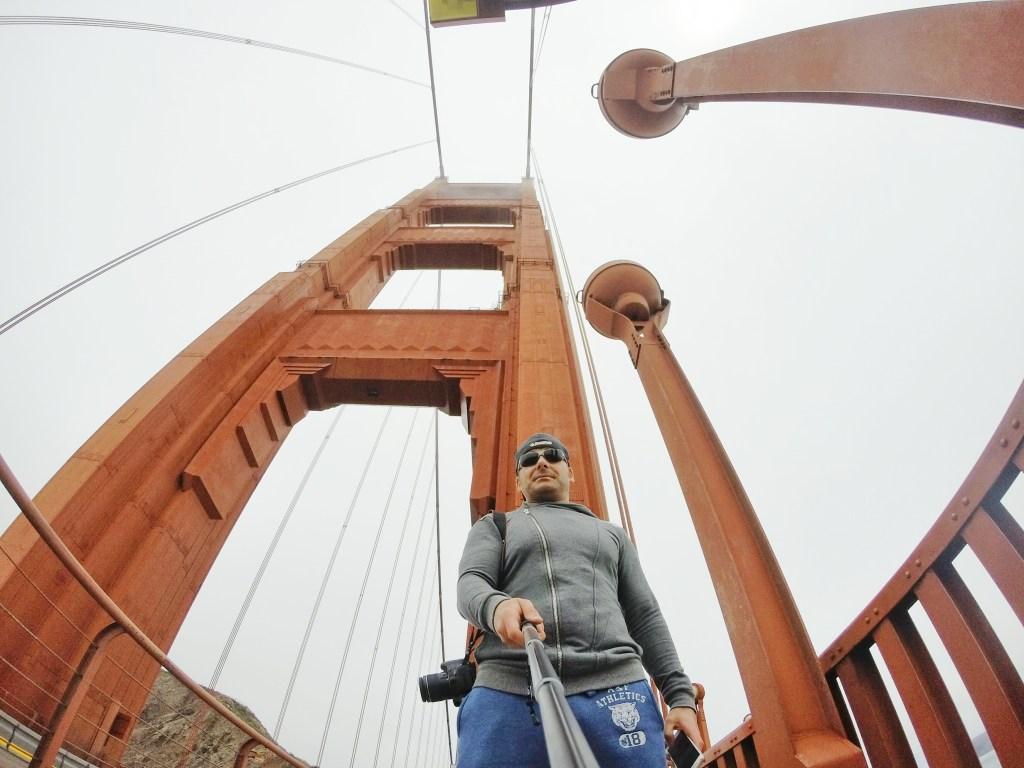 Die Golden Gate Bridge war 27 Jahre lang bis zur Eröffnung der Verrazano-Narrows-Brücke im Jahr 1964 mit einer Hauptstützweite von 1280 Meter die längste Hängebrücke der Welt, im Jahr 2013 steht sie an elfter Stelle. Der ganze Brückenzug ist inklusive der Zufahrtsbrücken 2737 Meter lang. Die eigentliche Hängebrücke hat eine Gesamtstützweite von 1966 Meter und weist 227 Meter hohe Pylone auf. Die Pylonstiele sind aus Stahl und in ihrer Dicke dreimal abgestuft. An jeder Abstufung sind sie durch Querriegel miteinander verbunden. Die Höhen der Stufen und der Querriegel nehmen nach oben ab. Der 27,4 Meter breite Fahrbahnträger besteht in Längsrichtung aus 7,6 Meter hohen Fachwerkträgern, die durch horizontale Verbände miteinander verbunden sind. Die beiden Kabel weisen einen Durchmesser von jeweils 0,92 Meter auf, an ihnen sind die Hänger in Abständen von je 15 Metern befestigt.