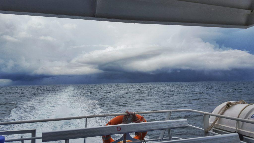 Heftigster Regen und starker Wellengang machten aus einer ruhigen Fahrt, einen wahren Höllenritt. Auf diesem Bild sind wir längst durch das Unwetter durch. Das Festland sieht man gar nicht mehr. Nun liegt Koh Tao vor uns. Und Gott sei Dank bei schönstem Sonnenwetter.