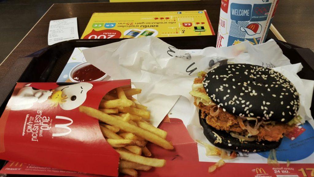 Nach so einem tollen Tag hatte ich mir auch ein Festmahl verdient. Ach quatsch, ich wollte einfach nur mal unbedingt den schwarzen Burger probieren.