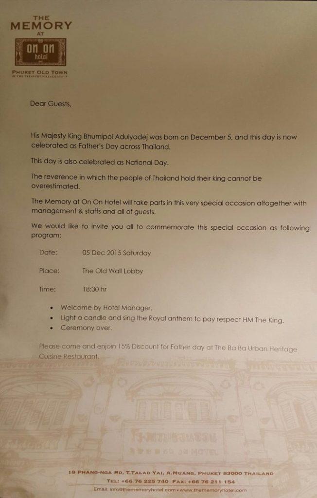 Im Zimmer fand ich dann auf dem Bett auch ein Schreiben des Hotels vor. Aufgrund des Geburtstags des Königs, der ja am heutigen Tage stattfand, lud man alle, auch die Gäste, zu einer besonderen Zeremonie um 18:30 Uhr in die Lobby ein. Anekdote am Rande: Das Gästehaus war genauso alt wie der König, nämlich 88 Jahre.