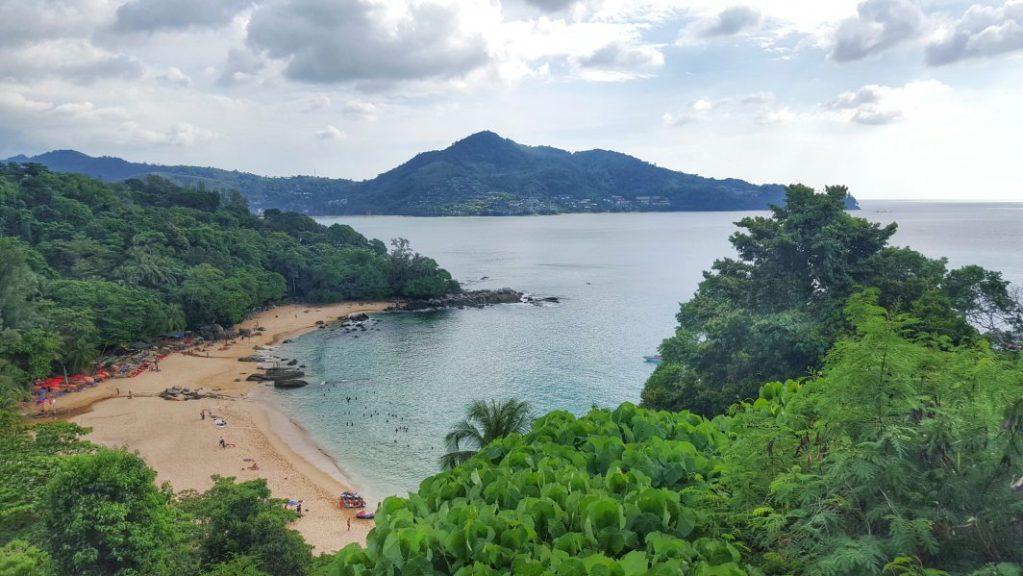 Nördlich von Patong gibt es dagegen wieder schönere Buchten, die auch nicht so überlaufen sind, wie diese zum Beispiel.