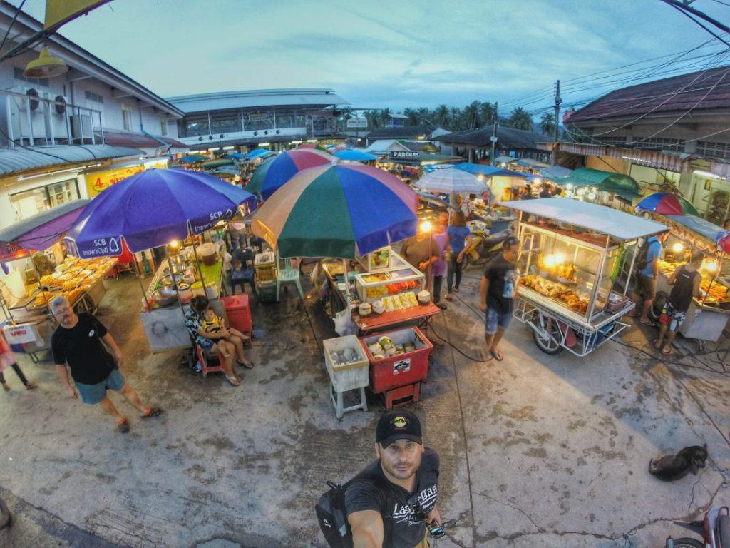 Herzlich Willkommen auf dem Food Market von Thong Sala. Ich habe noch nie so günstig, so lecker gegessen und war danach auch satt.