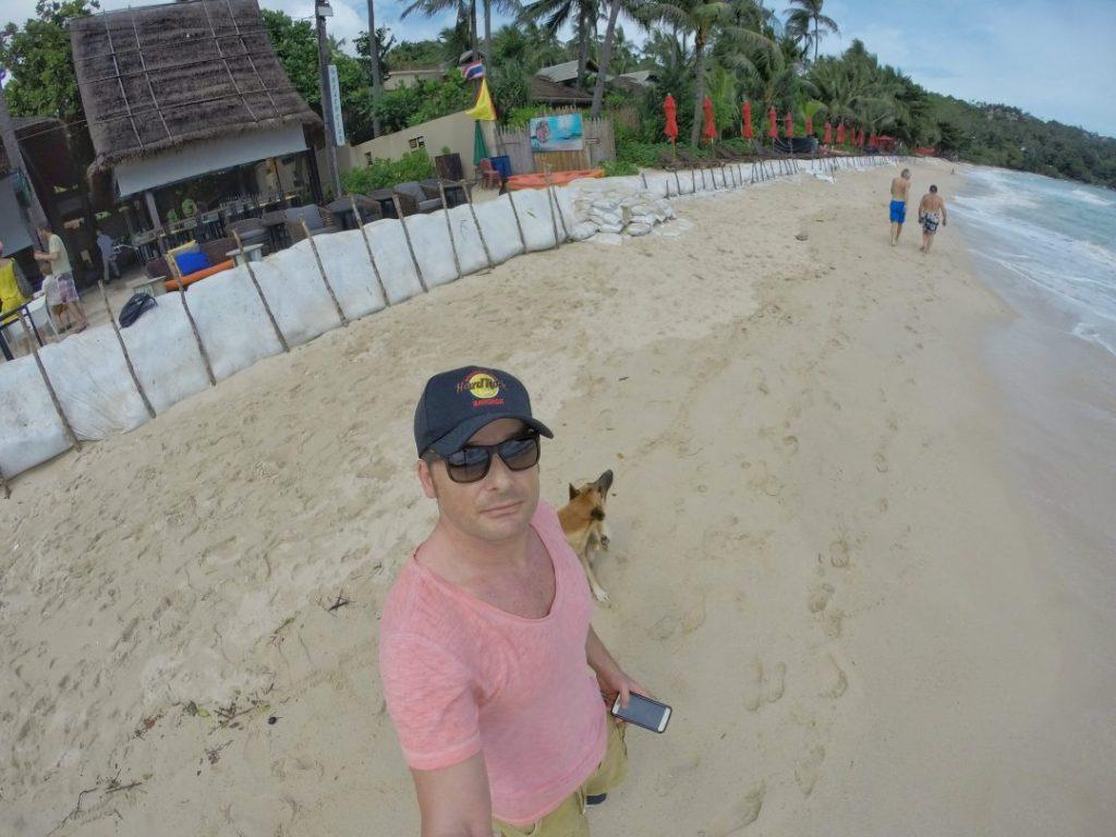 """Aber nur so fand ich auch eine traumhafte Bucht mit dem Namen """"Ao Thong Nai Pan Noi"""". Diese Bucht liegt vollkommen in der Hand nur eines Resorts. Wer also dort mal Urlaub machen möchte…bitte sehr: http://www.panviman.com/kohphangan/"""
