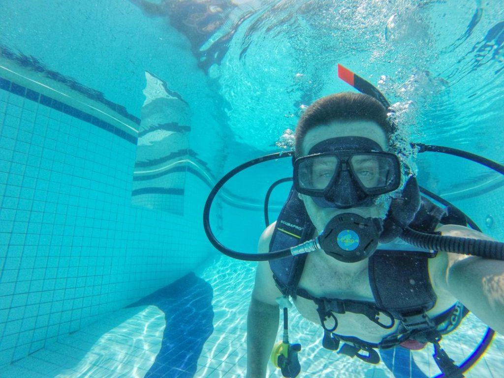 Zum ersten Mal mit Sauerstoffflasche unter Wasser geatmet. Die ersten Versuche waren etwas hastig mit der Atmung, aber jetzt mache ich tiefe Atemzüge. Es funktioniert!!!