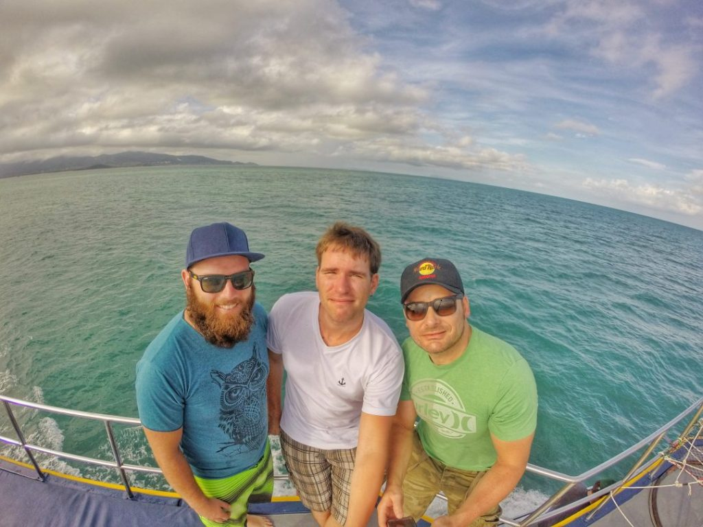Am nächsten Morgen ging es bereits um 7 Uhr los. Die Fahrt ging zu einem Anleger in den Norden. Dort erwartete uns das Schiff, dass uns an einen Tauchpunkt zwischen Koh Tao und Koh Phanghan bringen sollte. Einem Riff mitten im Golf von Thailand. Auf dem Boot machte man dann auch sofort Bekanntschaft mit anderen Backpackern. Hier sogar links, mit einem aus Australien.