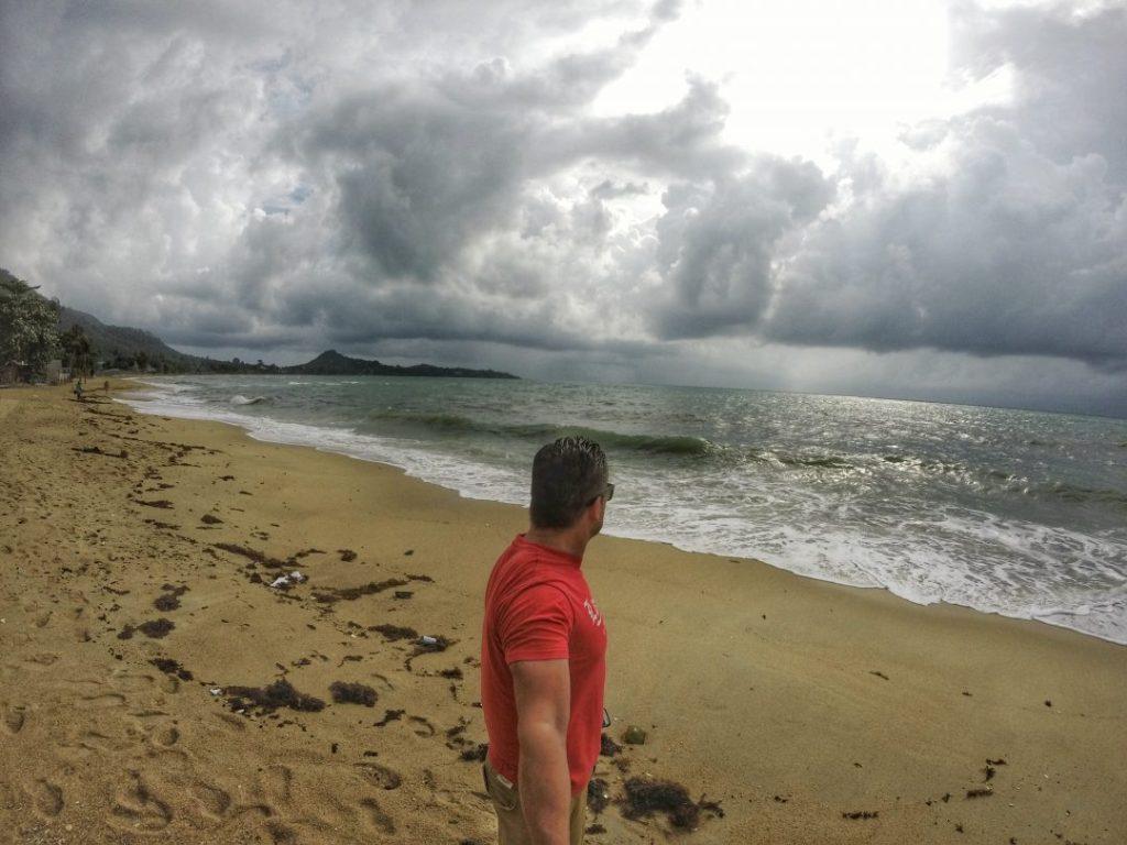 Nun ist auch hier wieder der Zeitpunkt des Abschieds angekommen. Lebe wohl, Koh Samui. Wobei ich ehrlich bin. An jenem Tag war ich trotzdem auch froh, die Insel zu verlassen, denn schon seit letzter Nacht herrschte ein extrem starker Monsunregen über der Insel. Ich wollte wieder in die Sonne.