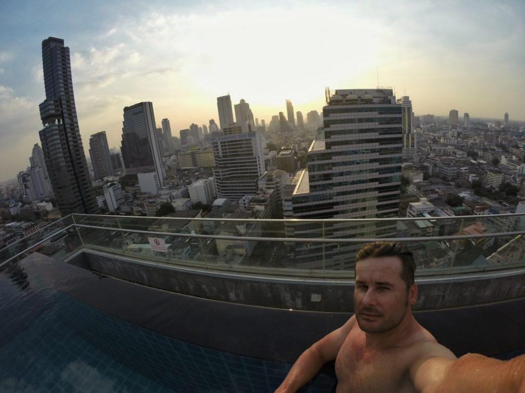 Der Wahnsinn erwartete mich im 24sten Stock des Hotels. Eine perfekte Roof Top Bar mit einem geilen Infinity Pool und einem mördermäßigen Ausblick über die Skyline von Bangkok.