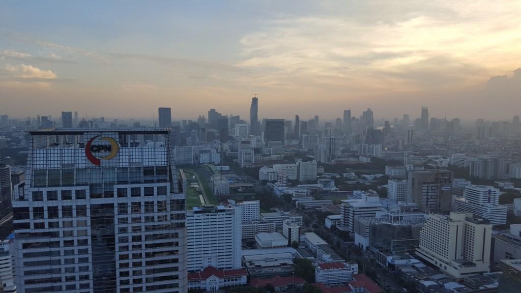 Langsam bricht über Bangkok die Dämmerung herein. Aus dieser Höhe ein wahnsinniges Schauspiel.