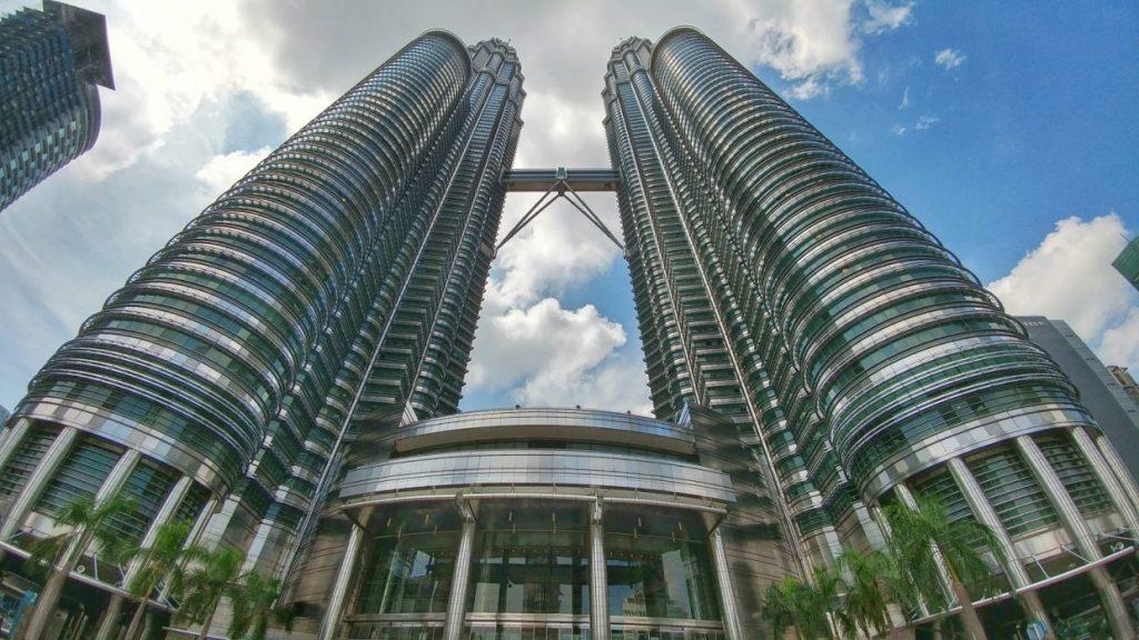 Einfach nur brutal!! Das sind sie also…die legendären höchsten Zwillingstürme der Welt. Info: Petronas Towers (dt. Petronas-Türme, mal. Menara Petronas) (oft auch Petronas Twin Towers genannt) ist der Name eines vom Mineralölkonzern Petronas gebauten Wolkenkratzerpaares in Kuala Lumpur, der Hauptstadt Malaysias. Mit insgesamt 452 Metern Höhe überragen die Zwillingstürme die Stadt.