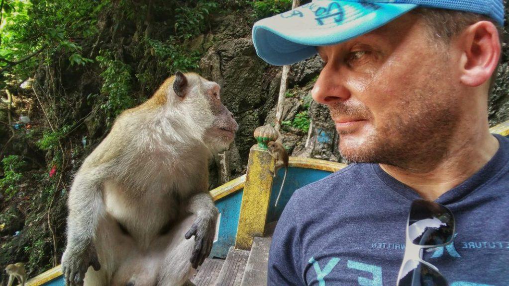 Wir freunden uns gerade an oder die Frage, wer ist denn nun hier der Affe von uns Beiden? Von außen betrachtet ist die Beantwortung dieser Frage gar nicht so leicht. :)