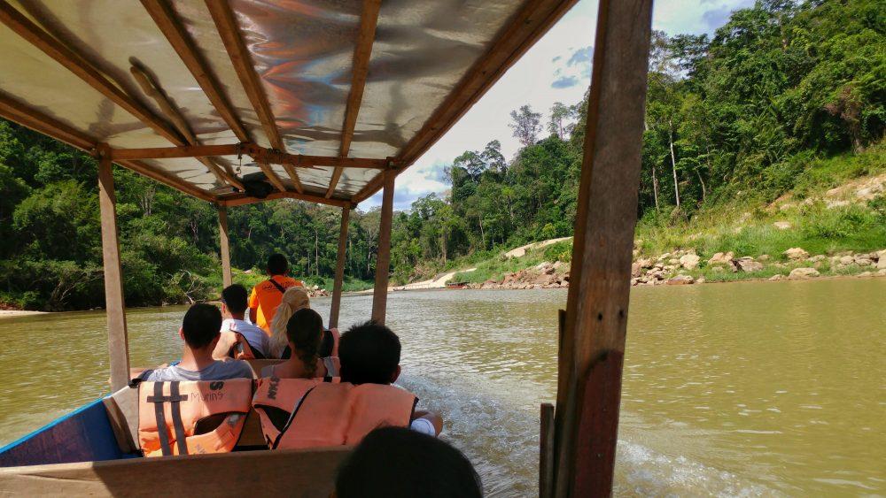 Aufbruch mit dem Boot in den Dschungel. Der laue Fahrtwind und ein Griff ins Wasser waren die einzige Kühlung, die wir dort hatten.