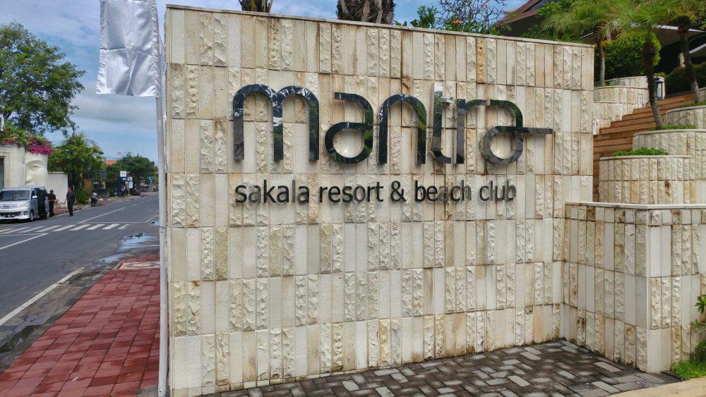 Am Flughafen erwartet mich auch direkt der Fahrer vom Hotel. Auf geht es zum Mantra Sakala im Süden von Bali. Ein Resort & Beach Club. Ich bin gespannt, was mich dort erwartet.