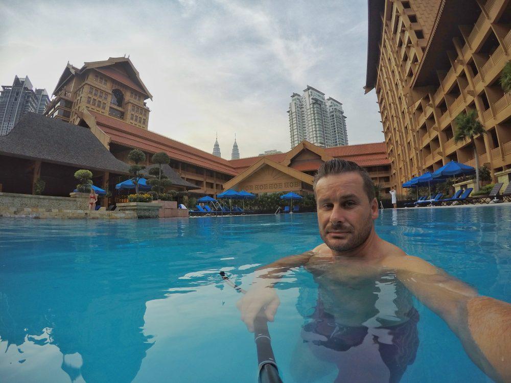 Letzter Abend in Kuala Lumpur. Endlich habe ich mir mal die Zeit genommen, um den Pool ausgiebig zu testen. Immer dabei, mein langer Stab. *hust   - Also meine Selfie-Stange!!!