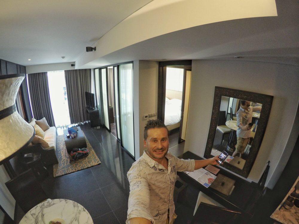 Klasse, eine Suite vom Feinsten!! Hereinspaziert. Was wir hier sehen, ist das Wohnzimmer und hinten der Zugang zum Balkon und mich in einer merkwürdigen Haltung im Spiegel. :)