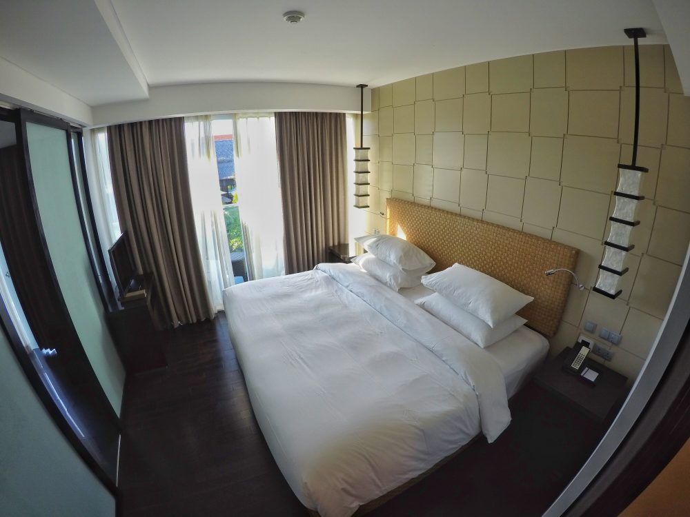 Das Schlafzimmer. Das Bett ist riesig. Eine perfekte Spielwiese. ;) Ich kann jetzt schon sagen, dass ich in dem Bett hervorragend geschlafen habe. *smile