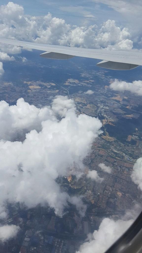 Die Landung auf dem KLIA (Kuala Lumpur International Airport) steht kurz bevor. Zum ersten Mal in Malaysia. Ich finde es immer spannend, ein neues Land zu besuchen.