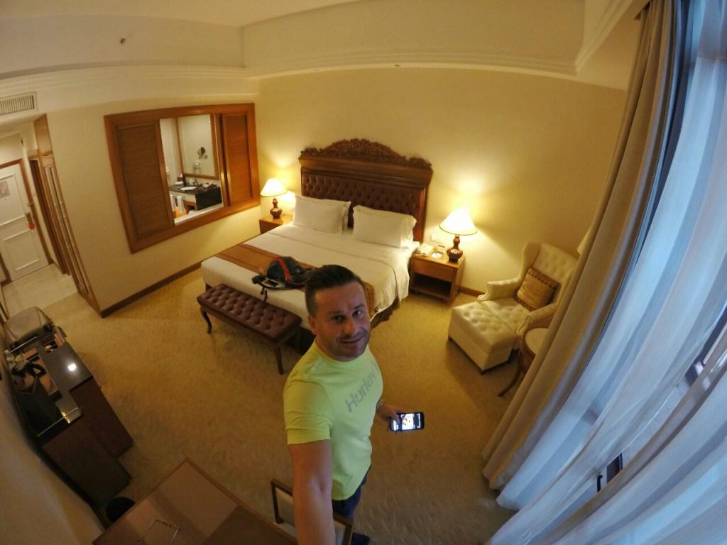 Herzlich willkommen!! Das ist mein Reich für die nächsten 3 Nächte!! Was für ein geiles Zimmer!! So kann man natürlich einen Asientrip mit Stil am besten starten.