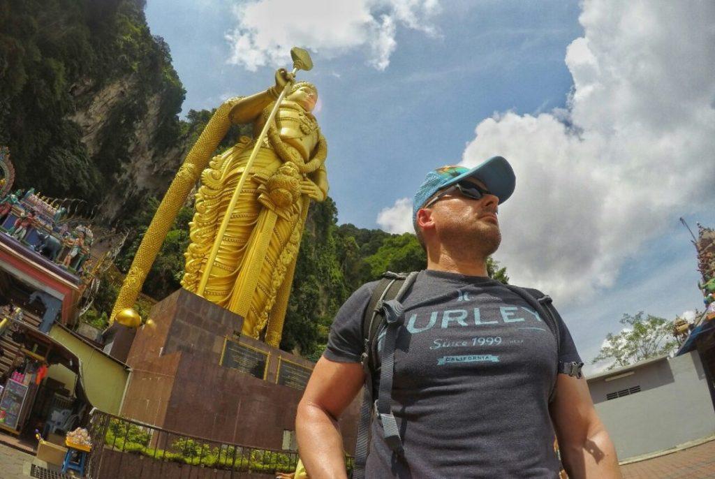 Hier sieht man mich, ja ne ist klar, und die 42,7 Meter hohe Statue Murugans auf dem Vorplatz, die im Januar 2006 nach drei Jahren Bauzeit fertiggestellt wurde.  Murugan ist ein hinduistischer Gott.