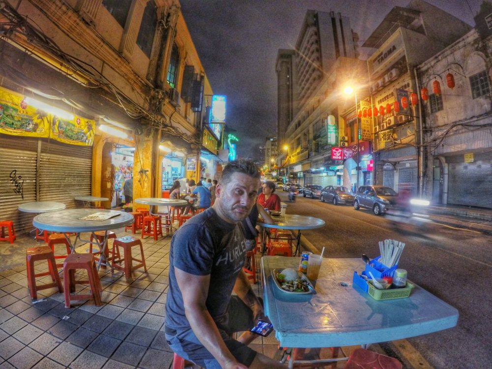Wieder zurück in Kuala Lumpur. Aber nur für eine Nacht. Morgen früh geht es mit dem Bus nach Singapur. Heute geht es aber erstmal nach Chinatown. Nach der fünfstündigen Busfahrt aus den Highlands, habe ich nun richtig Hunger.