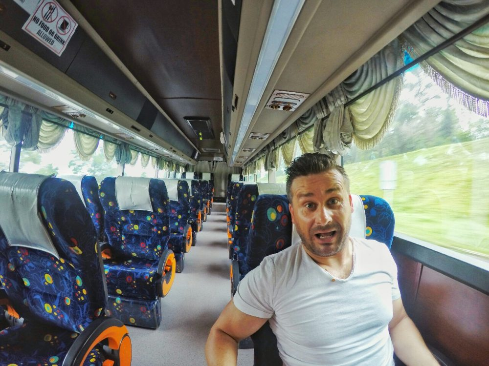 Früh musste ich raus. Um 7:30 Uhr ging mein Bus nach Singapur. Und jetzt kommt der Hammer…. Ich war der einzige Fahrgast in einem großen Reisebus. Wer wusste auch sowas vorher, dass heute Feiertag in Malaysia ist und anscheinend keiner Bock hatte, zu dieser frühen Morgenstunde Bus zu fahren. Umso besser für mich. :) 300 Kilometer ganz alleine mit 2 Fahrern und das alles für 10 Euro. Okay, die Busfahrer haben wegen mir im Strahl gebrochen, aber was kann ich denn dafür?? Ich fand es geil….*yeah