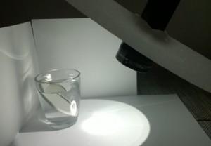 Halte die Taschenlampe schräg auf das Glas.