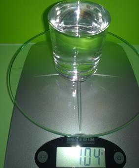Das Wasser wiegt 104 Gramm.
