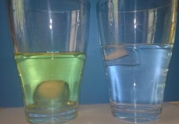 In Öl taucht der Eiswürfel, in Wasser schwimmt er. Doch wieso ist das ?