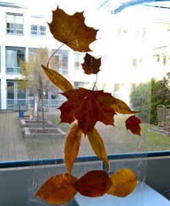 Linas Blättermännchen-Fensterbild.
