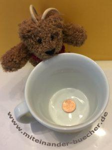 Es ist tatsächlich eine Münze in der Tasse.