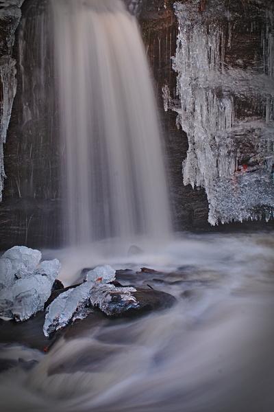 Wasserfall mit eis in norwegen Langzeitbelichtung