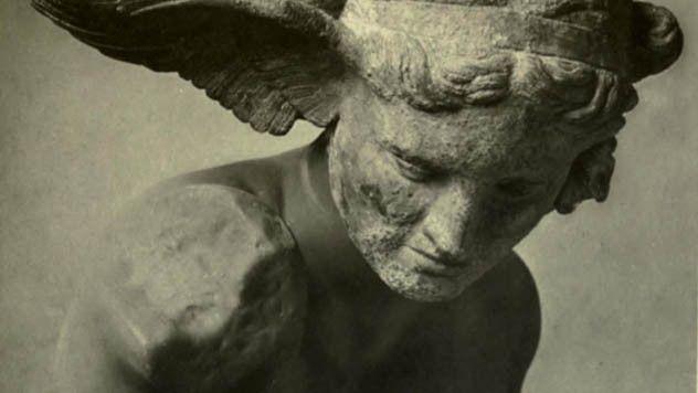 Oneiroi tasvir eden bir heykel.