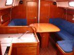 Salon an Bord der Segelyacht Bavaria 37 mit Blick nach vorn / Foto: Steffen Lelewel