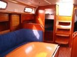 Salon an Bord einer Segelyacht Bavaria 37 (3-Kabinen-Version) mit Blick nach achtern / Foto: Steffen Lelewel
