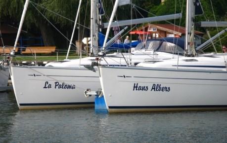 zwei Segelyachten im Hafen von Bad Saarow auf dem Scharmützelsee