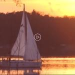 Segeln in den Sonnenuntergang auf Segelyacht auf dem Scharmützelsee