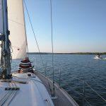 Entspannen auf dem Bug einer Segelyacht auf dem Scharmützelsee